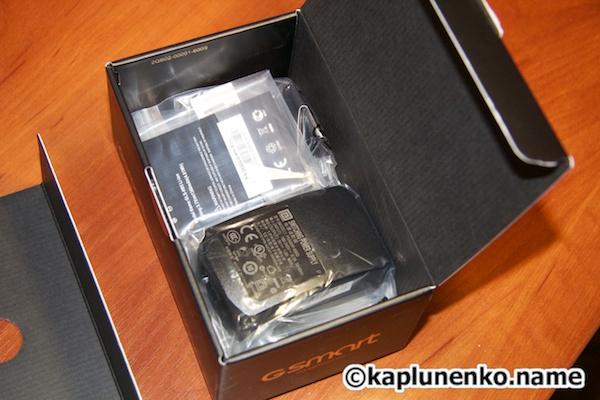 Gsmart G1342 – в нижнем отсеке упаковки размещены все комплектные аксессуары